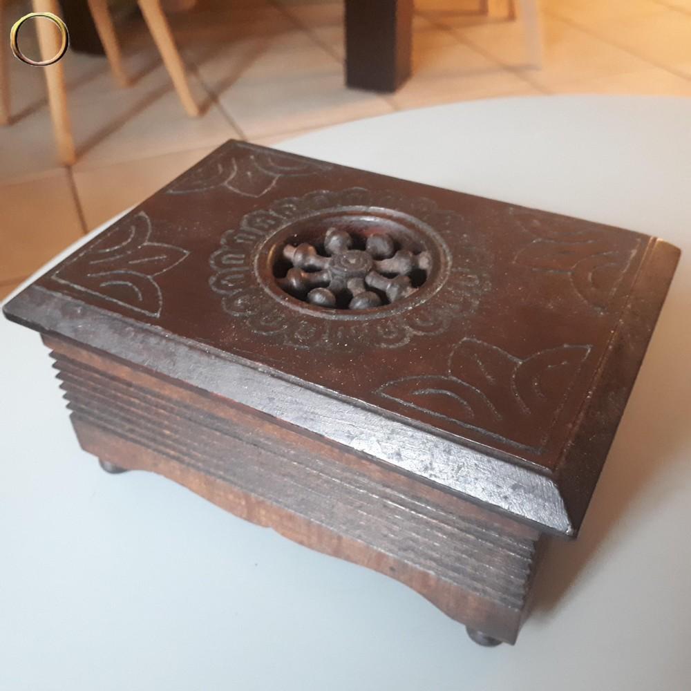Boîte en bois sculptée à identifier